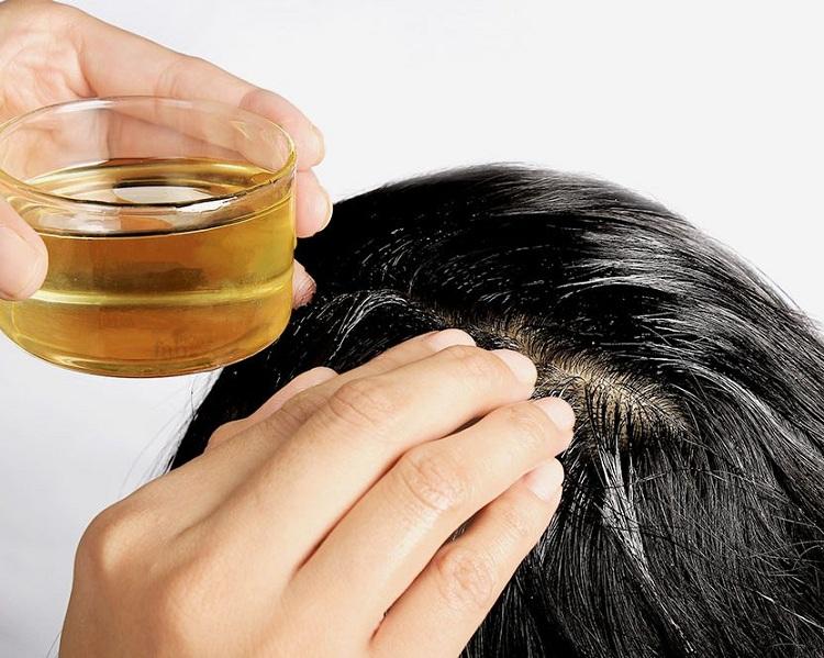 Ủ tóc bằng dầu dừa giúp kích thích tóc mọc nhanh, mượt óng