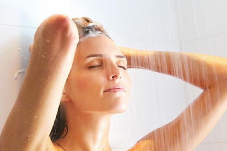 Người bệnh nên vệ sinh, tắm rửa sạch sẽ để ngăn ngừa mùi hôi cơ thể