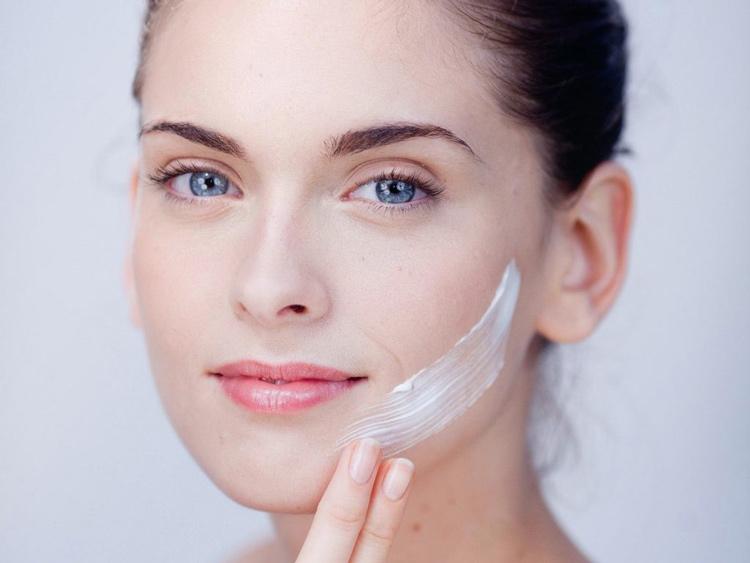 Sử dụng kem bôi ngăn ngừa tăng sắc tố da sau lăn kim