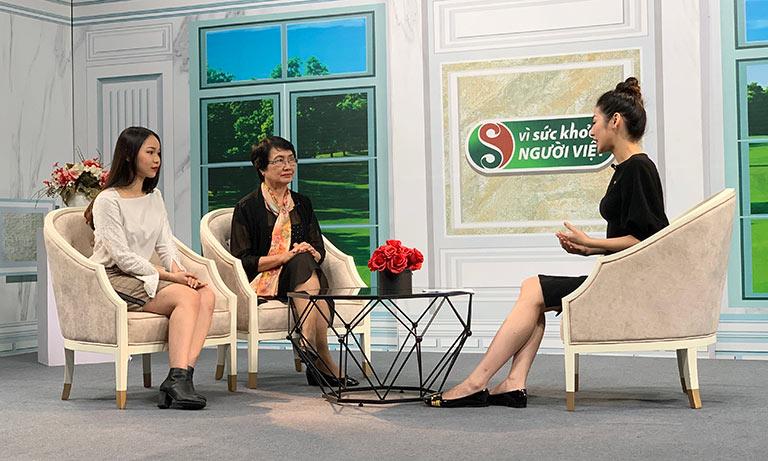 Bác sĩ Nhuần và khách mời Huyền Anh chia sẻ tại chương trình