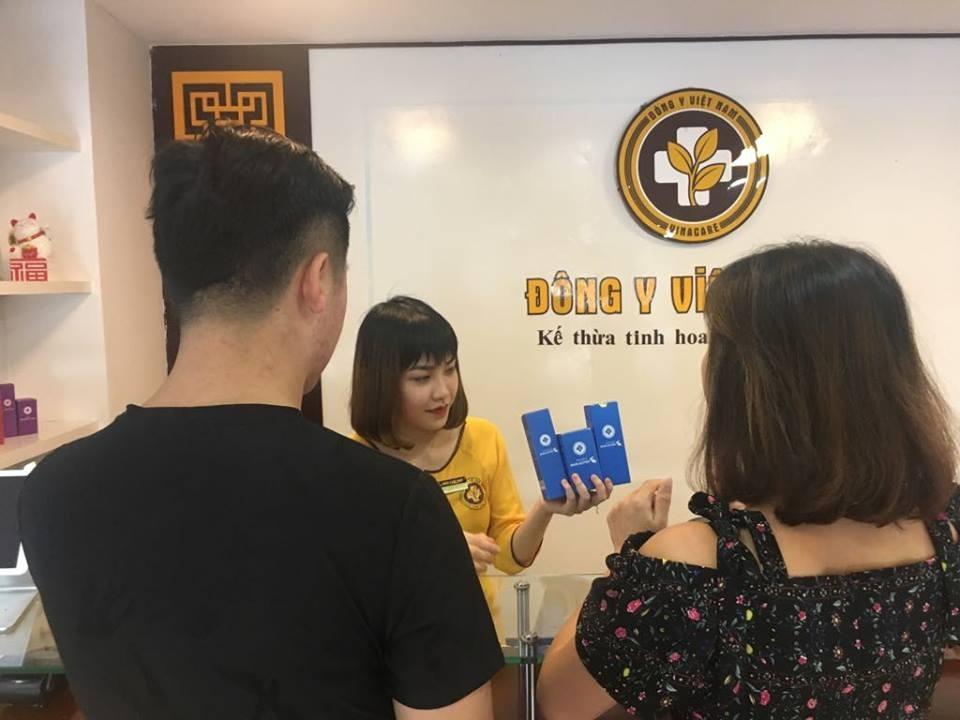 Khách hàng đánh dấu 5 sao tại quầy lễ tân của Trung Tâm Da Liễu Đông Y Việt Nam