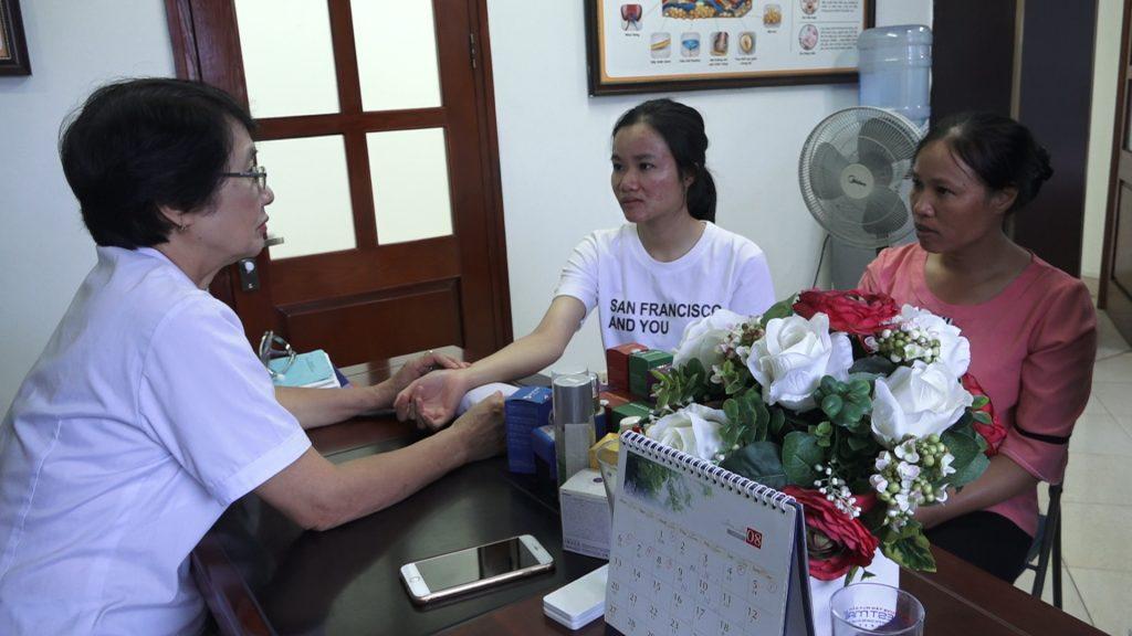 Thầy thuốc ưu tú, bác sĩ chuyên khoa II, Nguyễn Thị Nhuần khám và điều trị mụn cho bệnh nhân