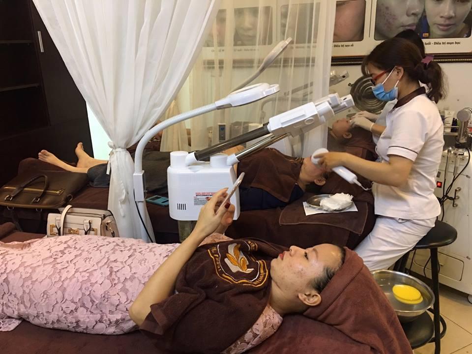 Khách hàng đang được chăm sóc da, trị liệu tại Trung tâm Da liễu Đông y Việt Nam