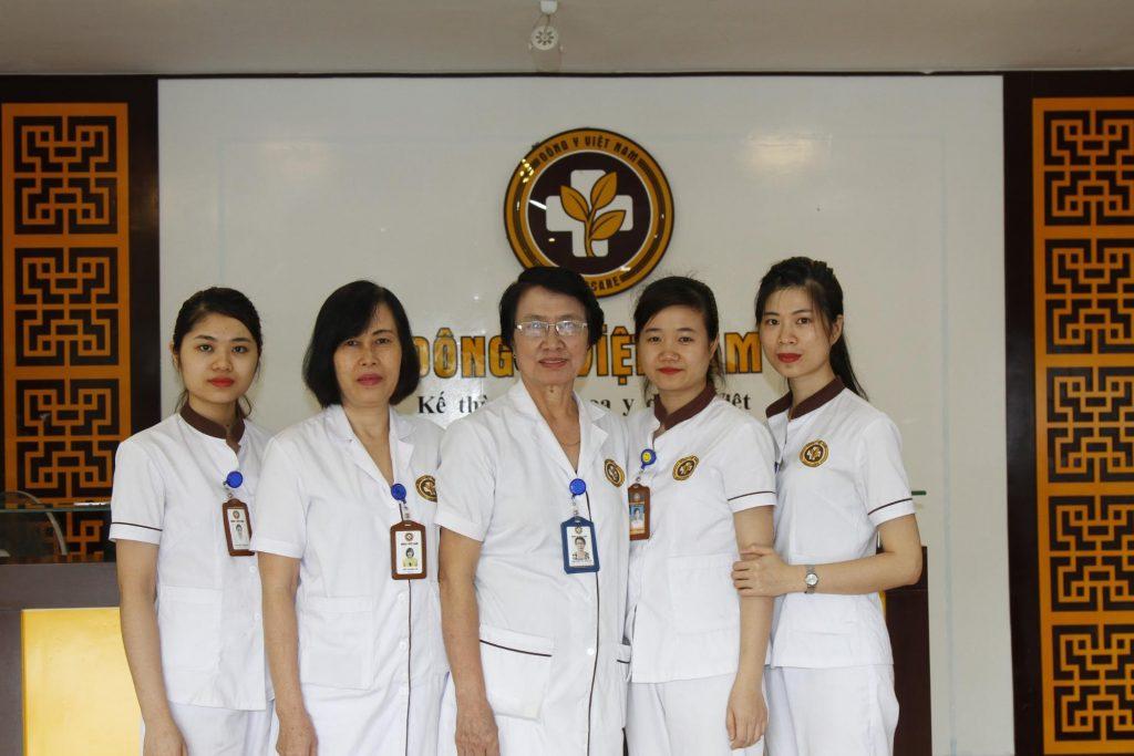 Đội ngũ Y bác sĩ và trợ lý bác sĩ đang làm việc tại Trung tâm Da liễu Đông Y Việt Nam