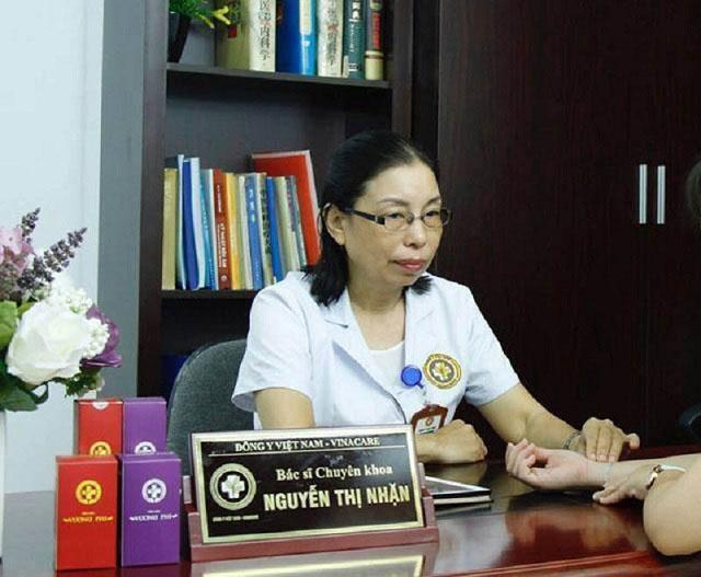 Bác sĩ Nguyễn Thị Nhặn đang thăm khám cho bệnh nhân
