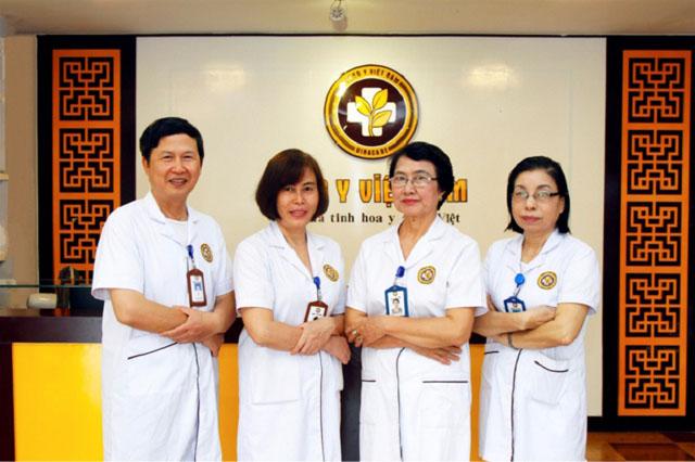 Bác sĩ Nhặn (ngoài cùng bên phải) và các đồng nghiệp tại Trung tâm Da liễu Đông y Việt Nam