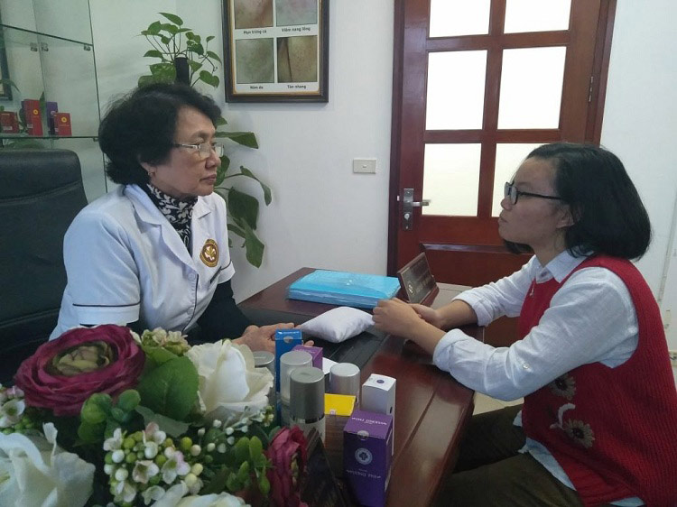 Bác sĩ Nhuần trực tiếp tiến hành khám da cho Tuyết Vân