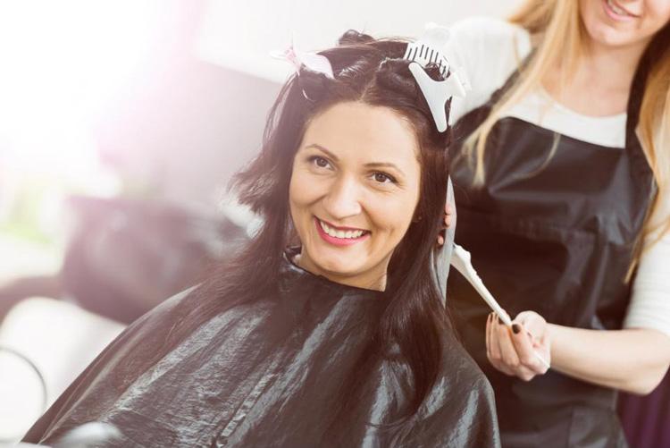 Nhuộm tóc là cách trị bạc tóc được nhiều người áp dụng