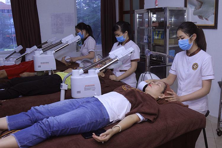 Hình ảnh người bệnh chăm sóc da chuyên sâu tại Trung tâm Da liễu Đông y Việt Nam