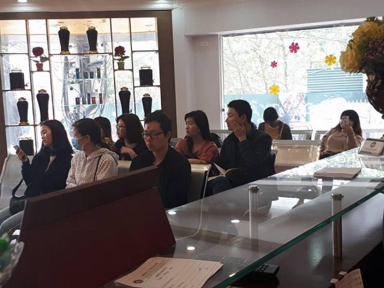 Bệnh nhân chờ khám tại Trung Tâm Da liễu Đông y Việt Nam