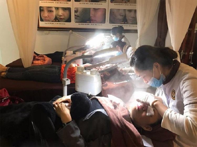 Hình ảnh người bệnh xông hơi nóng lạnh tại Trung tâm da liễu Đông y Việt Nam