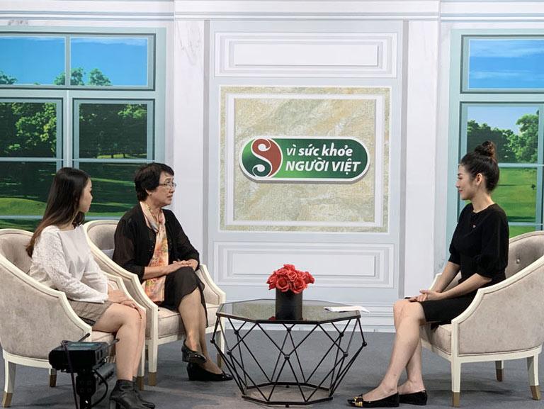 Bác sĩ Nhuần trò chuyện cùng MC và khách mời Huyền Anh
