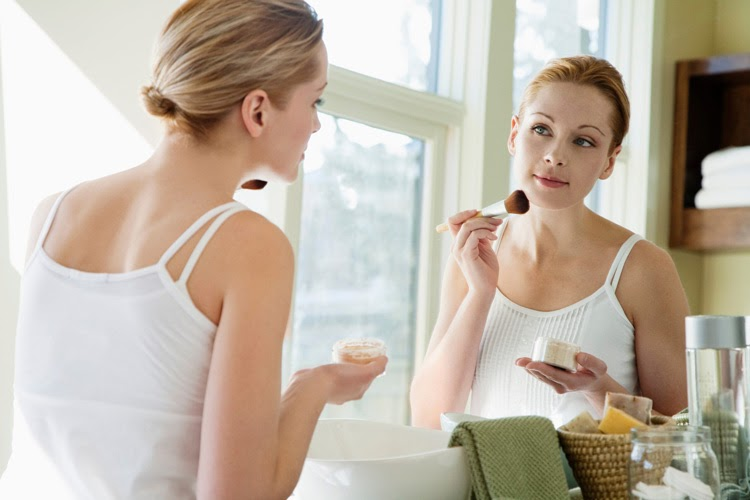 Sử dụng mỹ phẩm không phù hợp cũng dễ gây các bệnh lý viêm nhiễm trên da