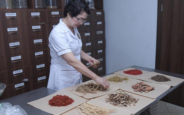 Bác sĩ Nguyễn Thị Nhuần kết hợp nhiều vị thuốc giúp giảm ngứa, bong tróc da, tiêu độc,...cho người bệnh viêm da tiếp xúc