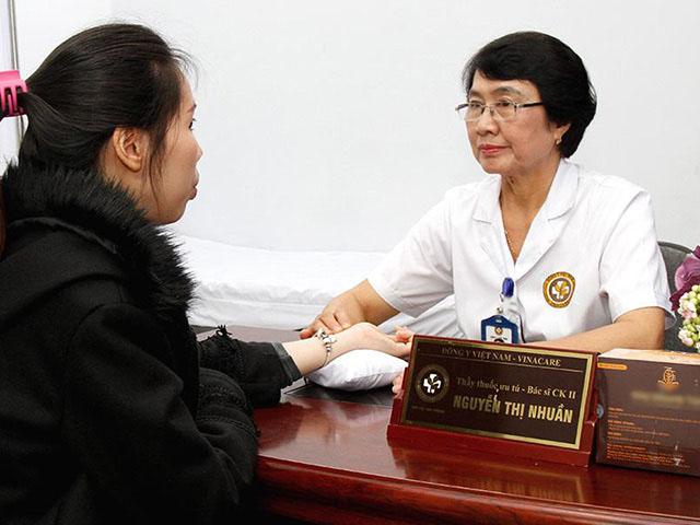 Bác sĩ Nguyễn Thị Nhuần - Giám đốc chuyên môn Trung tâm Da liễu Đông y Việt Nam trực tiếp khám chữa cho bệnh nhân
