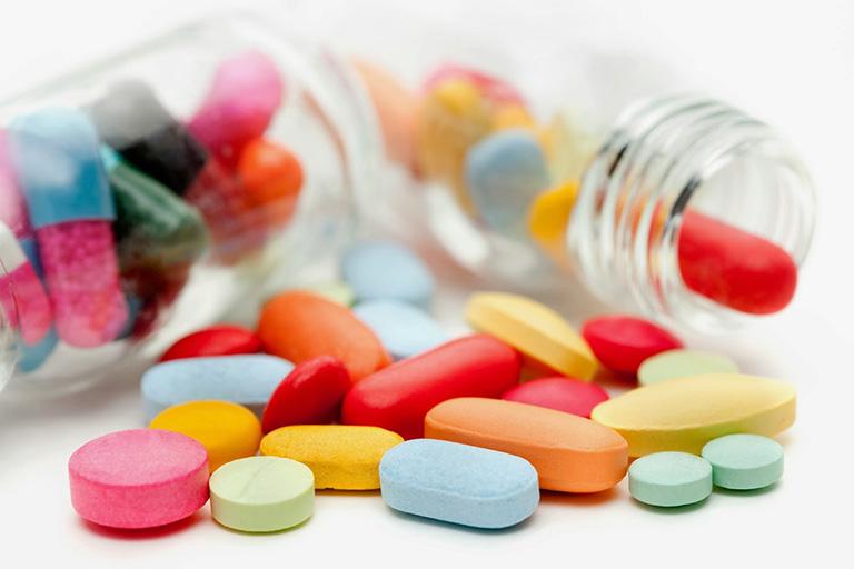 Tây y sử dụng kem bôi hoặc thuốc uống trị mụn