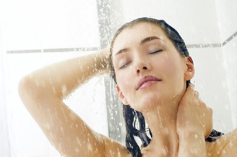 Người bị mẩn ngứa mề đay vẫn tắm bình thường nhưng cần chọn nơi kín gió