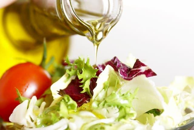 Trộn dầu oliu cùng salad trong những bữa ăn thường ngày