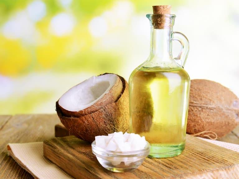 Trong dầu dừa có nhiều thành phần giúp trị chàm hiệu quả