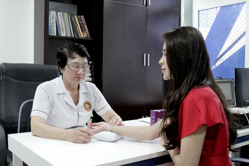 Bác sĩ Nguyễn Thị Nhuần thăm khăm cẩn thận cho diễn viên Lương Thu Trang