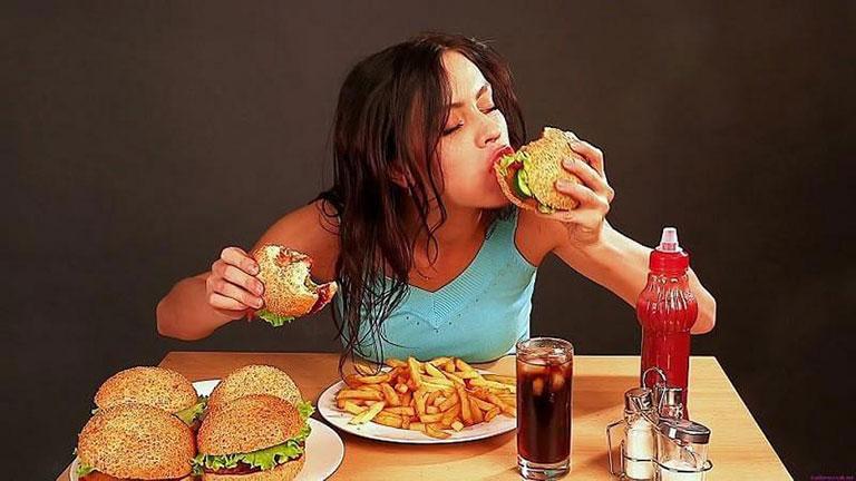 Chế độ ăn thiếu lành mạnh có thể là nguyên nhân gây mụn.