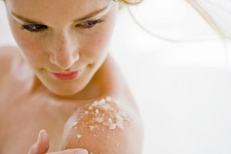 Sử dụng muối biển tẩy da chết, trị mụn ở ngực.