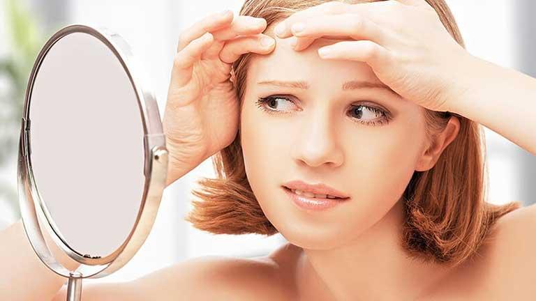 Có nên nặn mụn ẩn không? Bạn không nên tự ý nặn mụn ẩn vì có thể sẽ để lại hậu quả xấu cho làn da