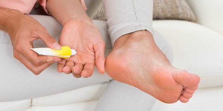 Các loại thuốc bôi vẫn là lựa chọn hàng đầu của người bệnh khi điều trị viêm da cơ địa ở chân
