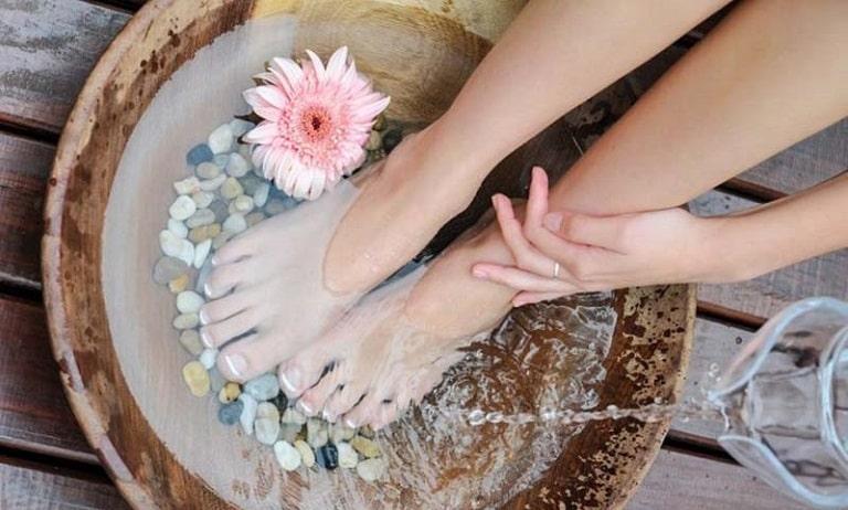 Chăm sóc da chân thường xuyên là cách để phòng bệnh rất hiệu quả