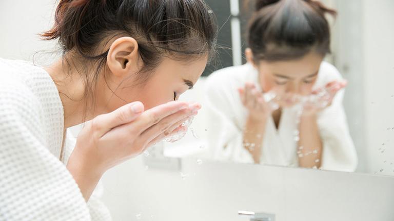 Rửa sạch mặt giúp ngăn ngừa mụn trong thời kỳ kinh nguyệt