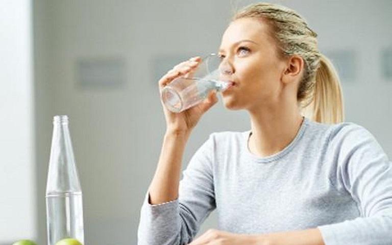 Cung cấp đủ nước cho cơ thể cũng là cách hỗ trợ điều trị bệnh viêm da dị ứng