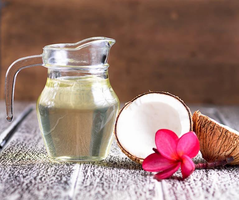 Dầu dừa có tác dụng dưỡng ẩm và chữa bệnh ngoài da khá tốt