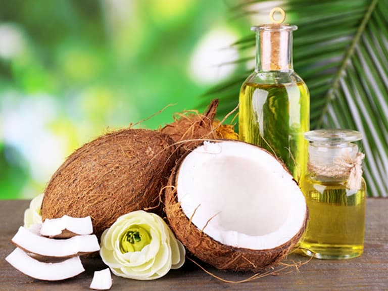 Dùng dầu dừa để tắm giúp dưỡng ẩm da tốt