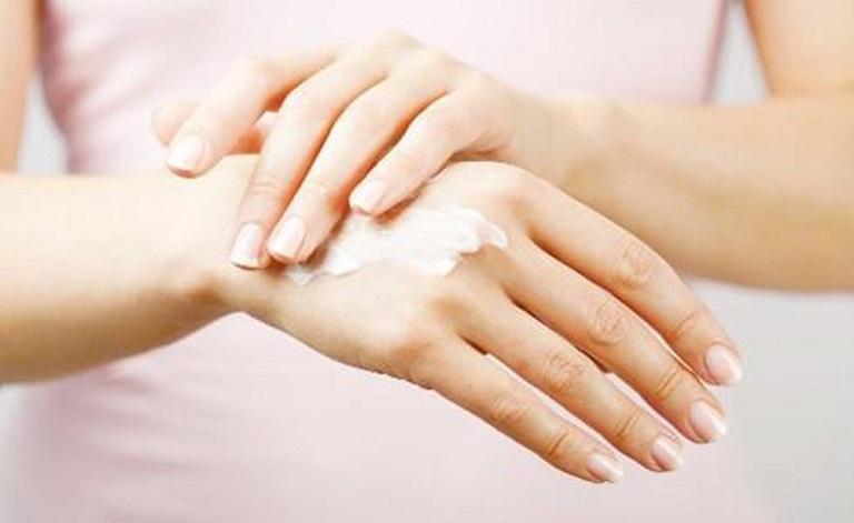Dùng kem dưỡng ẩm để giữ ẩm cho da và phòng ngừa viêm da dị ứng do thời tiết gây nên