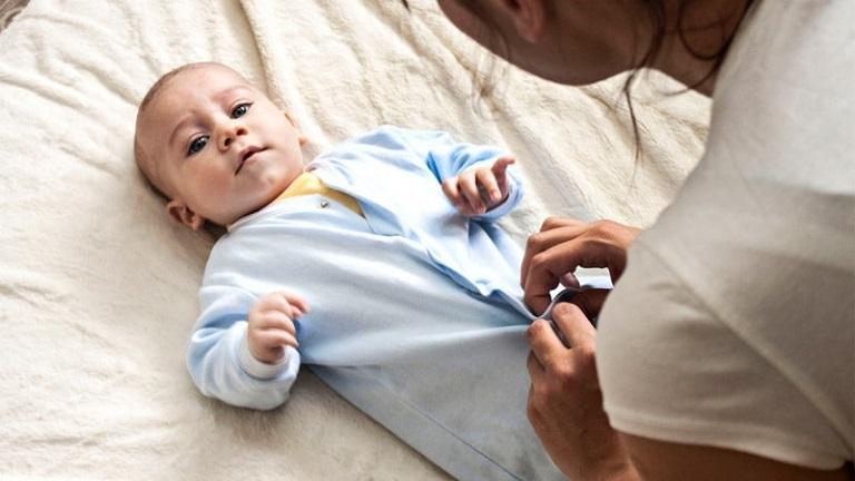 Giữ ấm cho trẻ khi giao mùa là cách tốt nhất để phòng tránh viêm da dị ứng do thời tiết