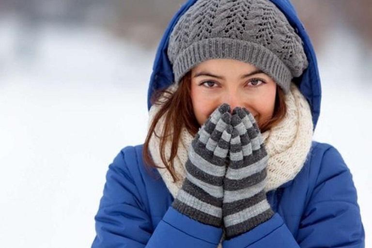 Giữ ấm cơ thể vào mùa đông cũng là cách hỗ trợ điều trị viêm da cơ địa rất hiệu quả