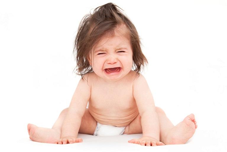Khi bị viêm da dị ứng trẻ sẽ quấy khóc bởi chúng luôn cảm thấy ngứa ngáy khó chịu