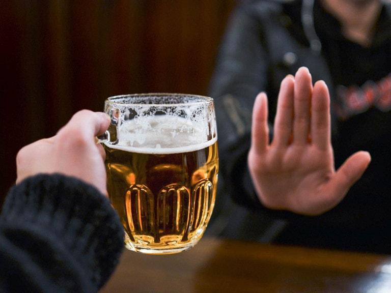 Kiêng rượu bia và đồ uống có cồn để tránh việc những tổn thương trên da lan rộng