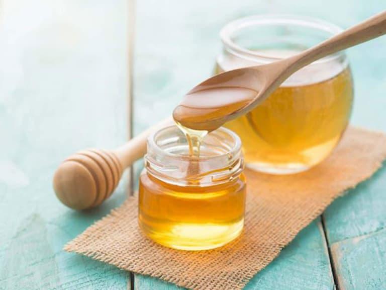 Mật ong cũng được sử dụng như một mẹo chữa bệnh ngoài da an toàn