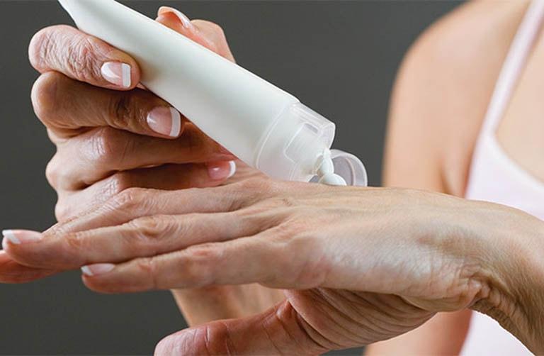 Những loại thuốc dạng bôi được sử dụng phổ biến để điều trị viêm da tiếp xúc bội nhiễm