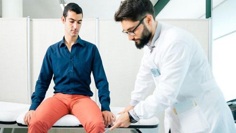 Nên tới gặp bác sĩ để có thể điều trị mụn thịt dứt điểm