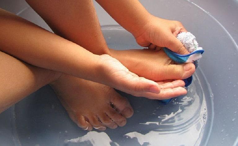 Rửa chân sạch sẽ để ngăn ngừa sự tấn công của các loại vi khuẩn gây bệnh