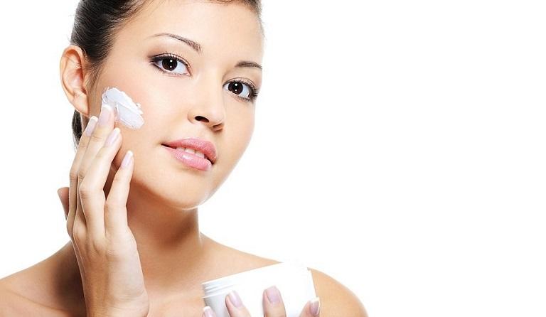 Sử dụng các loại mỹ phẩm chăm sóc da không phù hợp có thể làm tăng nguy cơ bị viêm da tiếp xúc bội nhiễm