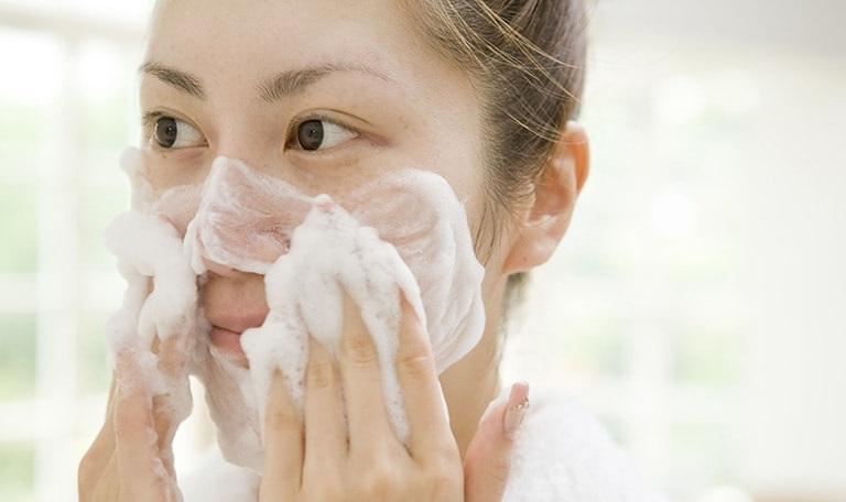 Sử dụng sữa rửa mặt không phù hợp cũng là nguyên nhân gây viêm da dị ứng ở mặt