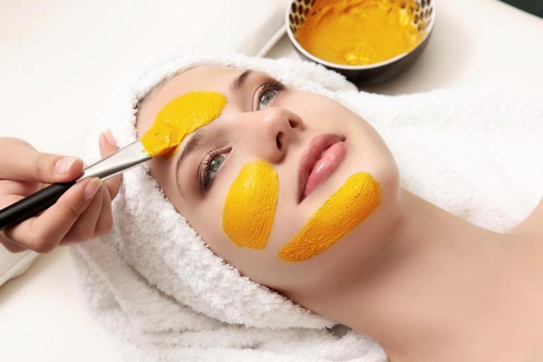 Nên thử nghệ tươi nên một vùng da trước khi đắp mặt
