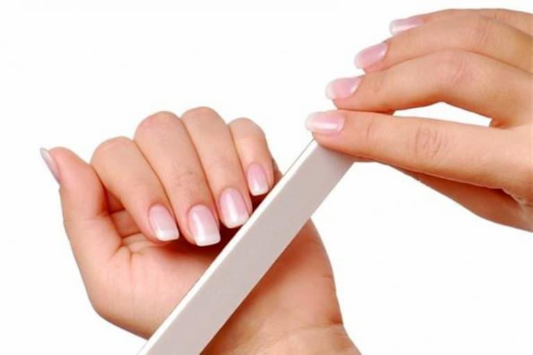 Vệ sinh và cắt móng tay thường xuyên