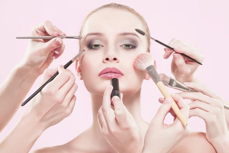 Việc dùng mỹ phẩm không phù hợp cũng là một trong những nguyên nhân gây viêm da tiếp xúc ở mặt