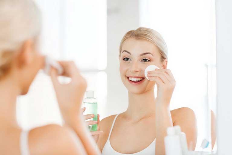 Sử dụng nước muối sinh lý để làm sạch da