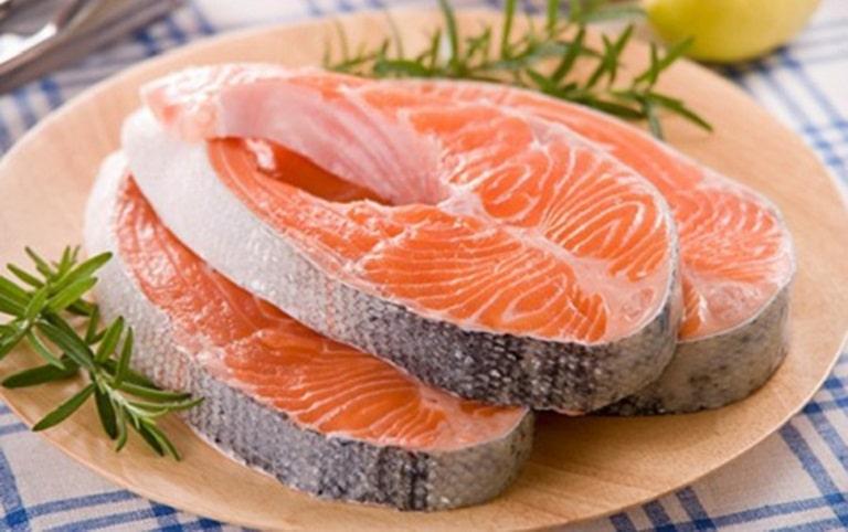 Trong cá hồi giàu omega 3 rất tốt cho người bị viêm da cơ địa