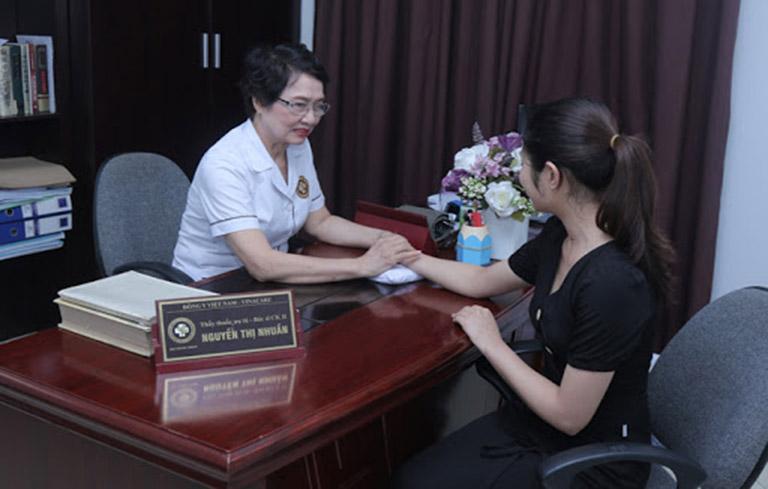 Bác sĩ Nhuần thăm khám cẩn thận tình trạng của bệnh nhân trước khi lên phác đồ điều trị với An Bì Thang